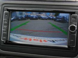 ギヤをリバースに入れると、リヤビューモニターが作動。後方の映像を車内に映し出し緑のガイドラインと赤の停止境界ラインで車両後退時の安全確保をサポートします。