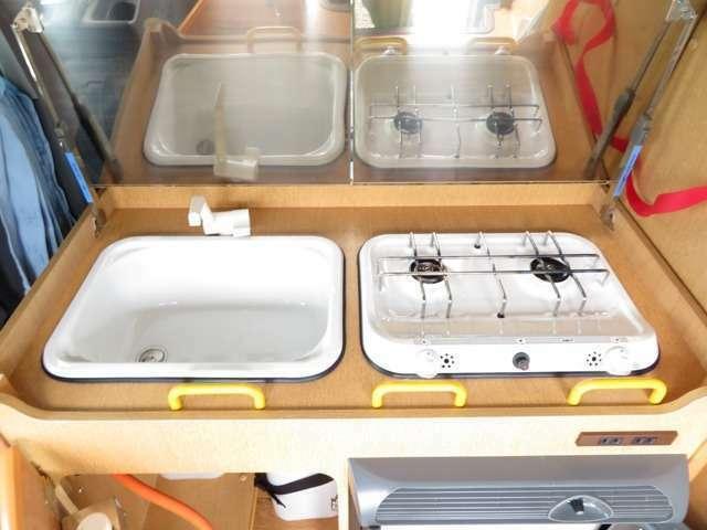 カセットボンベが使用可能な2口コンロが装備されております!ガス切れの際の交換も楽々です!