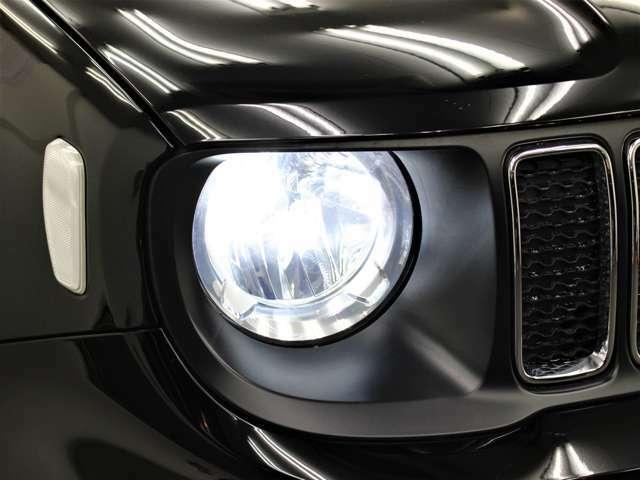輸入車では、劣化で白くくもりがちなヘッドライトレンズも透明感のある綺麗な状態が保たれております。☆社外LEDライトになります!