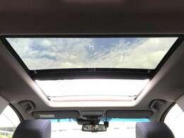 「電動パノラミックサンルーフ」 サンルーフは車内が明るくなり開放感が増すだけでなく、夏場なんかは車内の熱い空気を外に逃がすのにも効果的で、とっても便利な機能です。