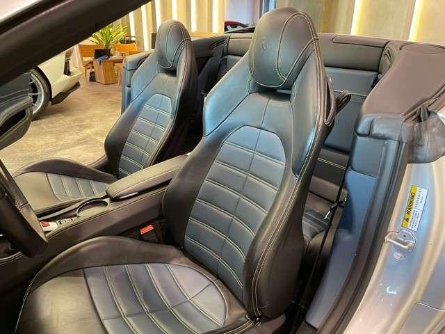ブラック/ブルーコンビレザーシートとなっております。ステッチにはキャリパーと同じイエローが採用され統一感のある車両となっております。
