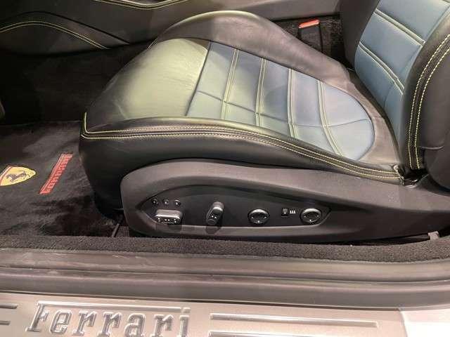 オプションになります、電動シートとシートヒーターが装備されております。寒くなるこの時期でも快適にドライブをお楽しみいただけるのではないでしょうか。