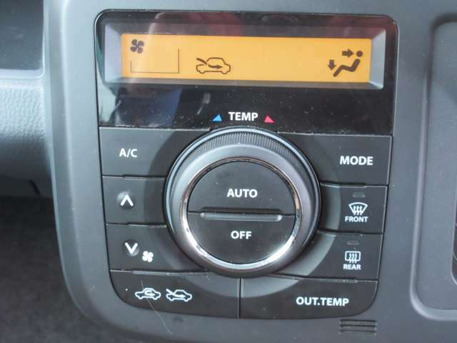 オートエアコンを装備しています。車内の温度調節もこれでばっちりですね。