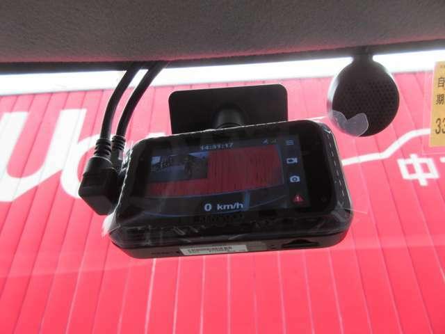 ドライブレコーダーを搭載しています。最近では煽り運転など危ない運転が増えている為、ドライブレコーダーが必須になってきていますね。