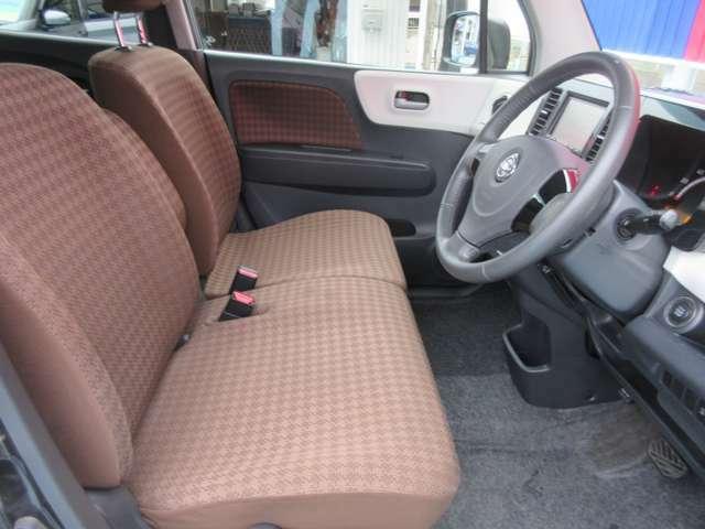 前の座席周りです。シートの色やデザインが可愛いですね。車内や外装は綺麗に清掃して展示しております。