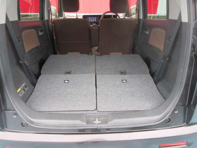 後部座席のシートを倒すと更に広いスペースができます。より大きい荷物などでも載せることができるので使い方に合わせて上手くご活用ください。