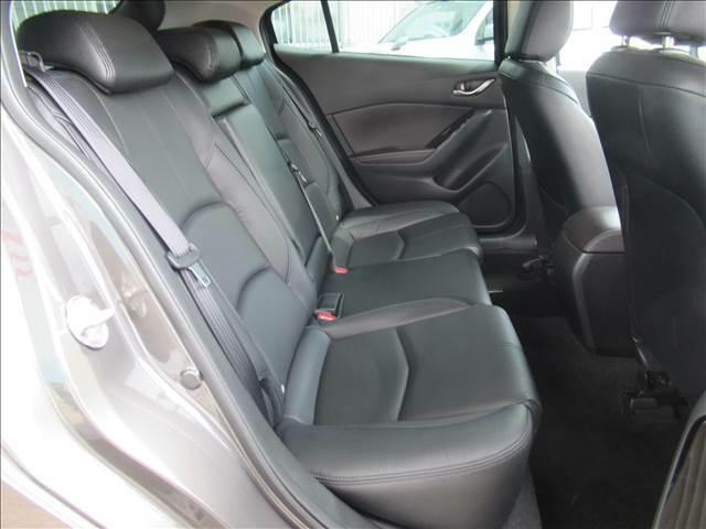 セカンドシートはくつろぎの空間。大人二人が乗っても十分なスペースです
