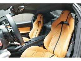 専用本革シート。パワーシートですのでドライバーにピッタリのシートポジションで運転する事が可能です。