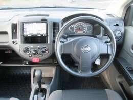 運転席周り(SRSエアバック付電制パワーステアリング・カロッツェリア〔AVIC-RZ33〕・クリーンフィルター内蔵オゾンセーフマニュアルエアコン・100VACコンセン)・12VDCコンセント