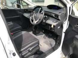 広々とした運転席、足元も広く、シフトもインパネシフト採用
