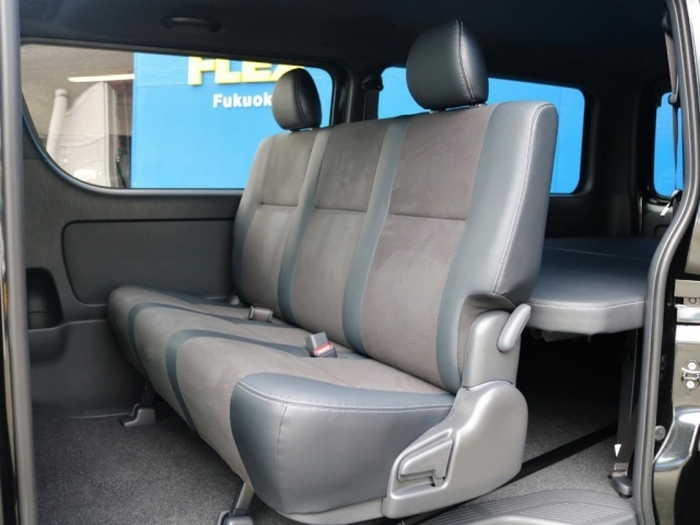 後席もハーフレザーシートが設置されています。3点式シートベルトなのでチャイルドシートの設置も可能です。