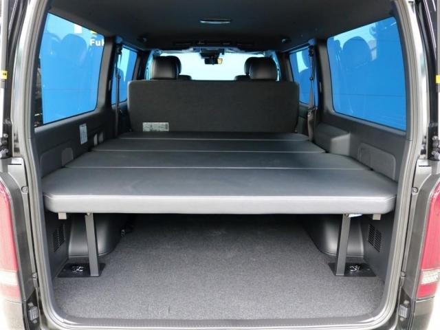 内装はFLEXオリジナルベッドキットをインストール!5段階に高さ調節可能で車中泊や荷物をたくさん積み込みたい方、ラゲッジスペースの目隠しなど使い勝手抜群!!