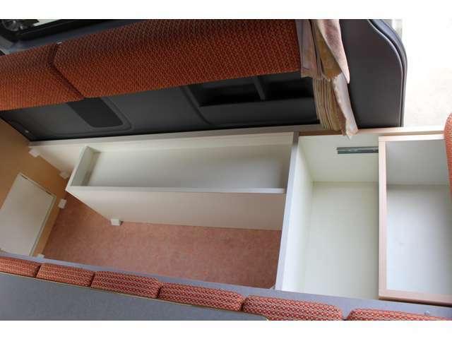 旅行に出ると着替えやお土産で収納に困ります。リラックスワゴンの横掛ソファーの下には大きな荷物も収納できます。