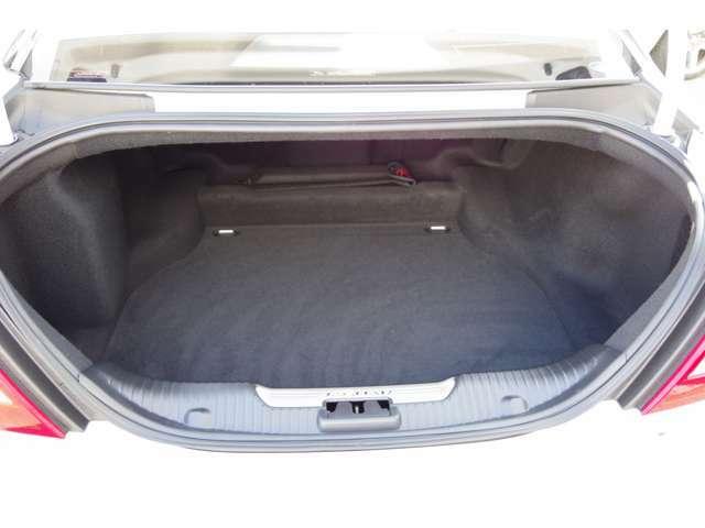 トランクは勿論、広々でたくさんの荷物をお積みいただけます! 詳細はジャガー・ランドローバー西宮へお問い合わせくださいませ! 0798-63-6006