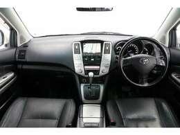 内装は黒革シートを採用しているのでとても高級感があります。パネルには各所にアルミ調のパネルが使われています。ガソリン車のハリアーとは違う魅力がありますね。内装状態も良いです。