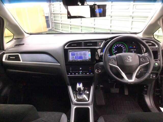 ドライバーを中心にデザインしたコクピット感あふれるインテリア。    ※あんしんパッケージ(衝突被害軽減ブレーキ、サイドエアバッグ、サイドカーテンエアバッグ)とのセットで安全・安心感を高めます。