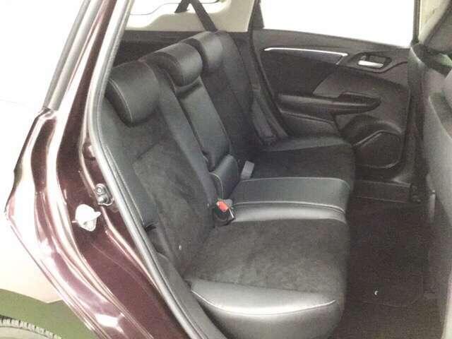 膝が組めるほどの十分な広さの後席は長距離ドライブでも疲れません。