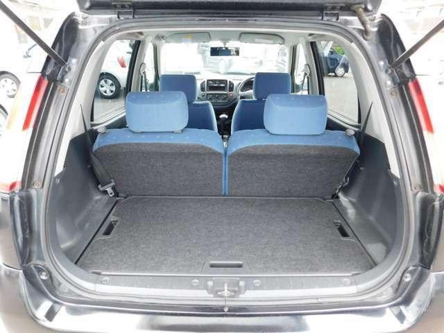 セカンドシートは前後にスライドとリクライニング機能が有り、倒すと荷室とフラットになります。