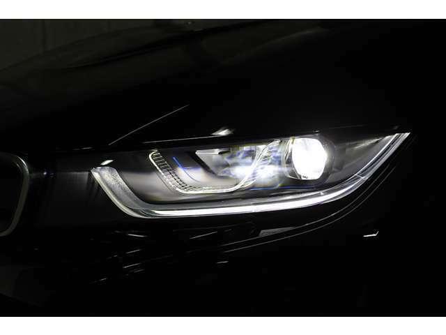 「BMWレーザー・ライト」は、通常のLEDヘッドライトの約2倍にあたる、600メートルの照射距離を実現した次世代のライト技術である。価格は85万円。