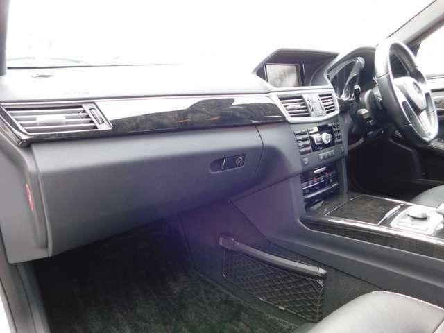 助手席側も電動シートです。シートヒーターは全席標準装備されています。