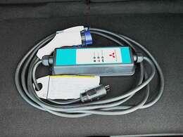 漏電遮断機能や充電状況を常に監視・表示するコントロールボックスが装備された充電ケーブルが付属しています!