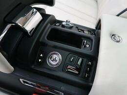 ●インディビジュアルシートを操作するスイッチ類はリアアームレストの中に装備されております。