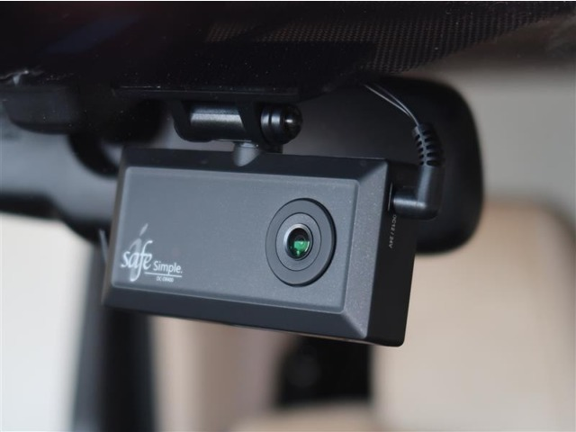 【ドライブレコーダー】現代社会の必需アイテム。あなたの安全をしっかり監視し、録画してくれます。万が一のトラブルに巻き込まれても、このアイテムがあれば、あなたを守ってくれますよ!