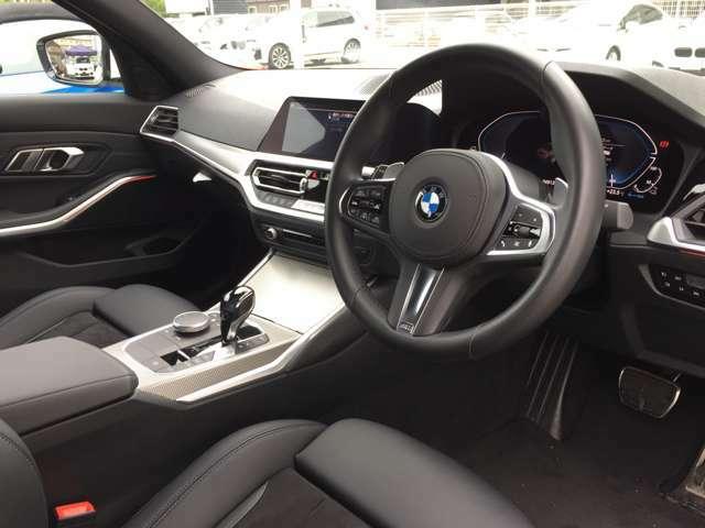 【ハンドル】ドライバーとBMW車の一体感がダイレクトに伝わるステアリングホイール。形状・太さへの拘りに加えて、操作性を高める為にスイッチ類も配置。クイックかつ安定のドライビングを体感下さい!