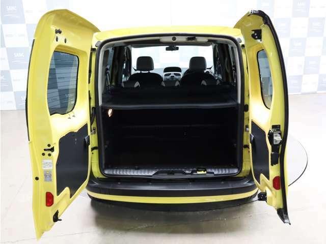 ダブルバックドア。扉が小さいので、狭いところで荷物を載せるときに載せやすいです。