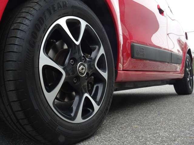 そして左フロント!こちらもタイヤミゾ十分、ホホイールもきれいな状態、タイヤサイズは165/65-15!そうです!前後タイヤサイズが違うのです!(続く)
