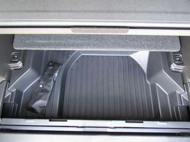 ラゲッジボードを外して大事なものの収納、または、ウェットスーツやスキーウェアなど濡れた服を収納。