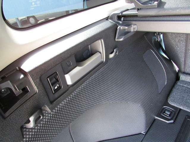 左右に付いたレバーを操作すると、リヤシートの背もたれが前にバタンと倒れる便利機能が。