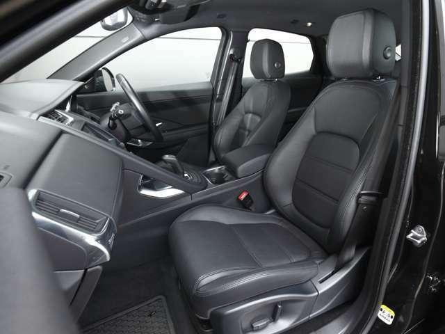 コクピットはスポーツカーのような体をしっかり包み込むデザインとなっており、英国車ならではの洗練されたクラフトマンシップとスポーツカーが必要な機能性、操作性を両立しております。