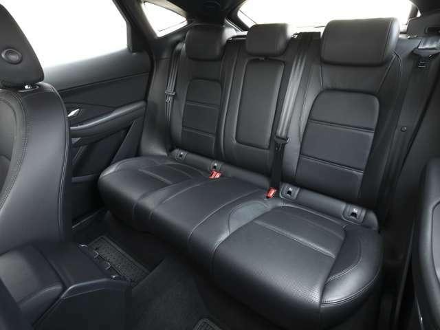 リアシートも充分広く、スポーツカーのようなパフォーマンスを発揮しながら、SUVの実用性も兼ね備えております。英国車らしく、シートは「パーフォレイテド・トーラス・レザー」を使用。
