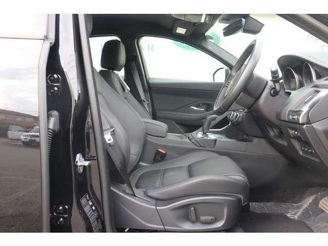 メーカーオプション「10ウェイ・フロントシート(シートヒーター付)」(¥62,000)。「モルジヌ・ヘッドライニング」(¥39,000)。