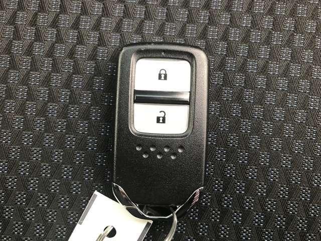 バックなどに携帯しておくだけで鍵の開閉などができるスマートキーです。