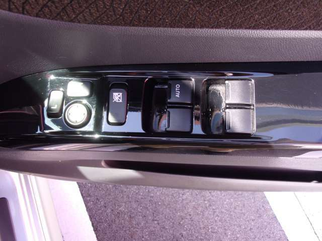 パワーウィンドウ付きですので、開閉の簡単さと同時に、運転の安全も確保しております。