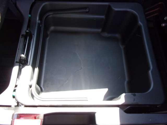 助手席シート下に小物入れがございます。