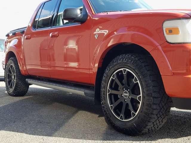 スポーツトラックはエクスプローラーのホイールベースを425mm延長。全長は440mm長く、この延長分はリアの荷台部分に使われております。