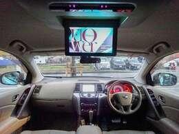 高額メーカーオプション品が満載の室内!ベージュ本革シートにシートヒーター装備!純正ナビに地デジTV・バック/サイドカメラ・天上フリップダウンモニター・BOSEサウンド・クルコンなど40万越えの高価品!