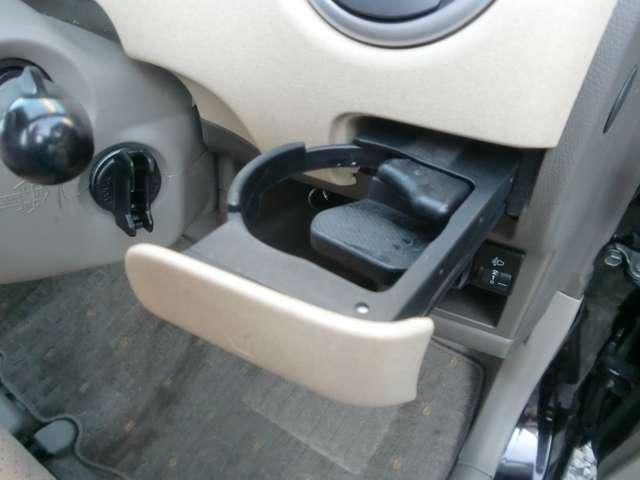 運転席のサイドにドリンクホルダー付いてます。