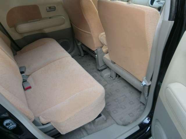 後席は十分な広さがあります。長時間のドライブでも疲れにくいです。