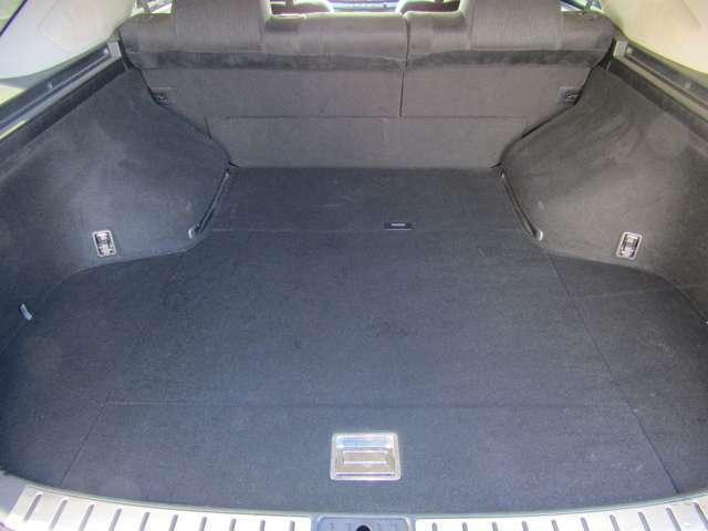 後席を倒せば大きなお荷物も安心な大型ラゲッジルーム!