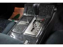 シフト周りもブラックウッドで高級感が有ります。運転している姿が、思い浮かびますね。