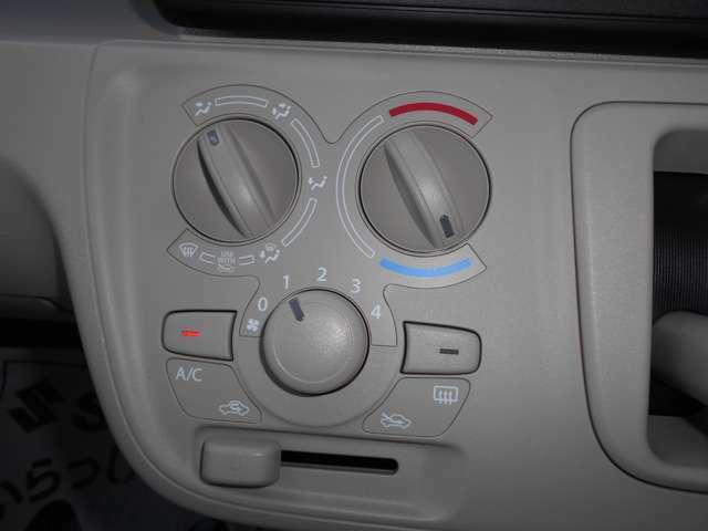 エアコンは、シンプルな操作性のマニュアルエアコンです!