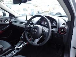 黒を基調としたシックでスポーティなコクピット!乗用車より高めの着座位置により視界が良く、視認性と乗降性に優れています!シートに正対したペダル配置やオルガン式アクセルペダルなど、疲れにくい設計が好評!