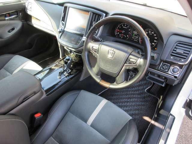 特別仕様車の専用装備ハーフレザーシート&レイヤーウッドコンビハンドルを搭載した上質な車内空間です。低走行の禁煙車ですのでとても綺麗なお車です。