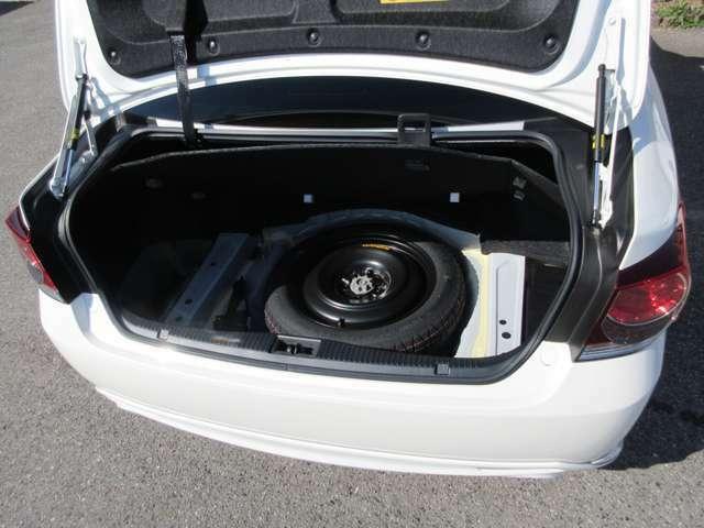 ゴルフバックが4つ積める広々としたトランクです。いざという時に便利なオプション、スペアタイヤも装備しております。
