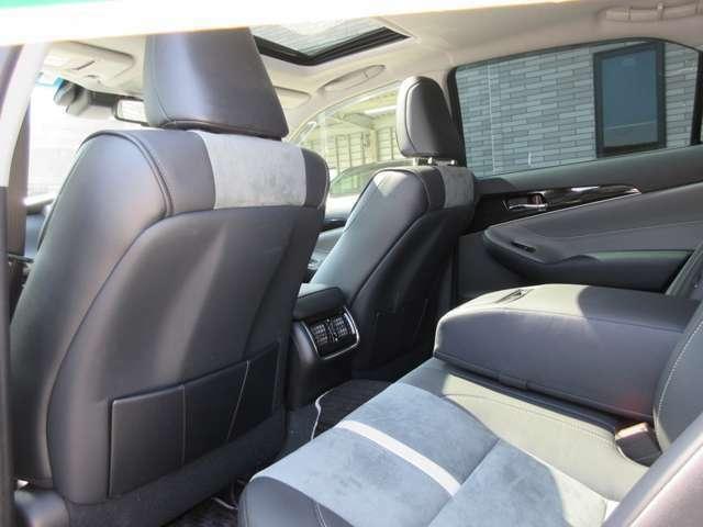 クラウンの特徴でもある広々とした後部座席も専用ハーフレザーシートになっております。