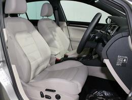 ロングドライブでも疲れにくいフロントシート。運転席は電動シートです。